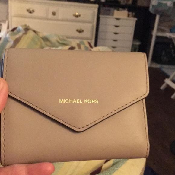 2a58359adbb1 Michael Kors Jet Set Envelope Wallet. M_5b131bd23e0caaeb7f703044